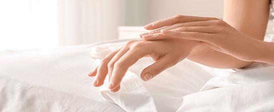 طرق طبيعية تساعد على تنعيم اليدين