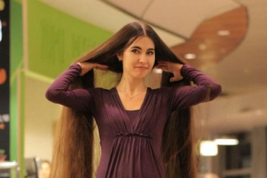تستغرق 3 ساعات للاستحمام .. بالصور فتاة تمتلك أطول شعر في العالم