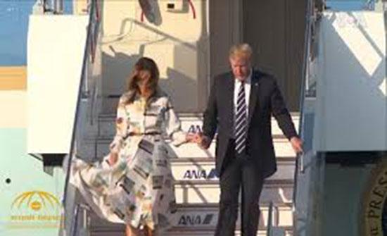 فستان ميلانيا ترامب يُحرجها.. هذا ما حصل أثناء نزولها من الطائرة! (فيديو)
