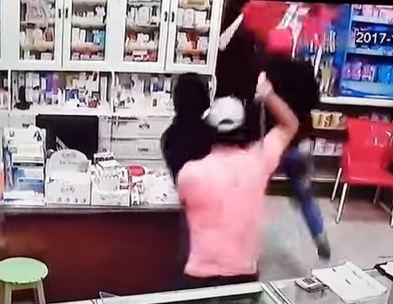 بالفيديو .. اعتداء بالسيوف على صيدلية في مصر والنهاية مرعبة