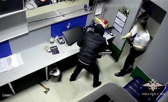 بالفيديو : لحظة اقتحام لص مكتبا واعتدائه على الموظفة بفأس
