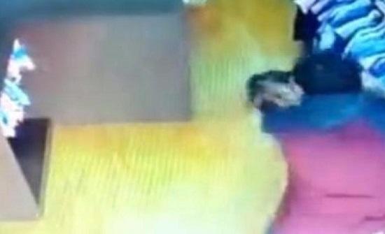 بالفيديو : لحظة اعتداء شخص على بائعة بالضرب المبرح