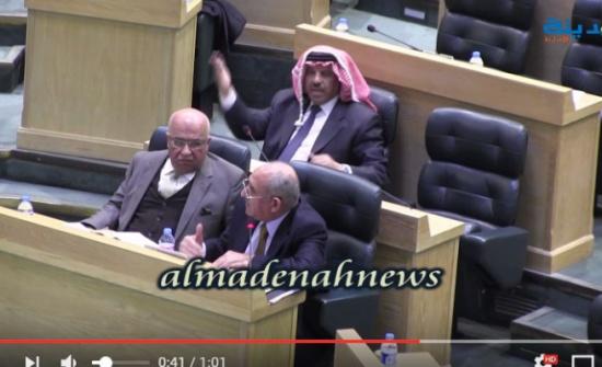 بالفيديو: شاهدوا كيف ضرب سلامة حماد على الطاولة في جلسة النواب