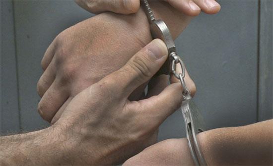 القبض على المتورطين في ارتكاب قضايا سلب صيدلية ومحلين تجاريين
