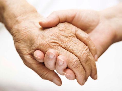كوادر التأمين الصحي يزورون دار الامل لرعاية المسنين