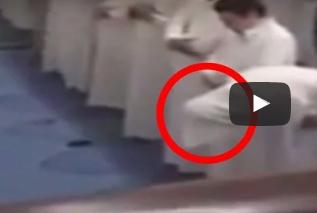 بالفيديو.. جن يتسبب في إسقاط رجل خلال الصلاة