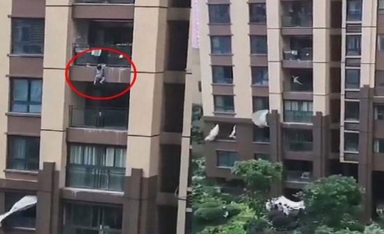 شاهد: بطريقة سينمائية.. إنقاذ طفل سقط من الطابق السادس في الصين