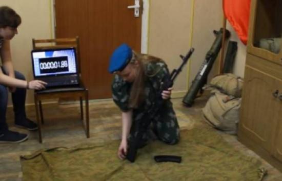 """بالفيديو: روسية تدخل """"غينيس"""" بسرعة فكِّ وتركيب البندقية!"""
