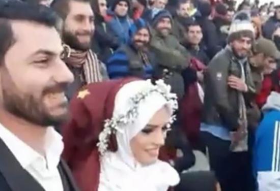بالفيديو .. عقد قرانه على عروسته خلال مباراة  !
