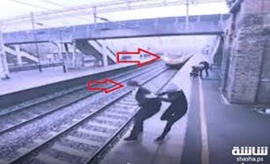 بالفيديو.. امرأة تنقذ رجلا من الموت بآخر لحظة