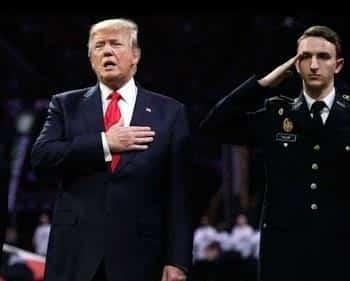 """شاهد.. """"ترامب"""" يعاني أثناء ترديد النشيد الوطني الأمريكي في مباراة كرة قدم"""