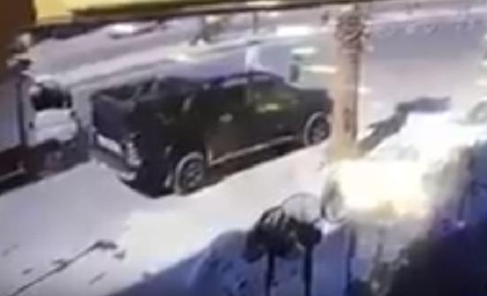 فيديو مؤلم :دهس طفل كان بجانب والده .. والأب يبحث عن نجله