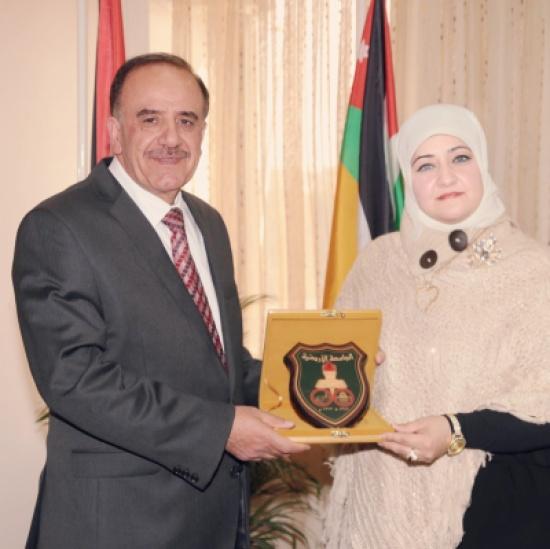 رئيس الجامعة الأردنيّة يكرّم الأديبة الشّعلان