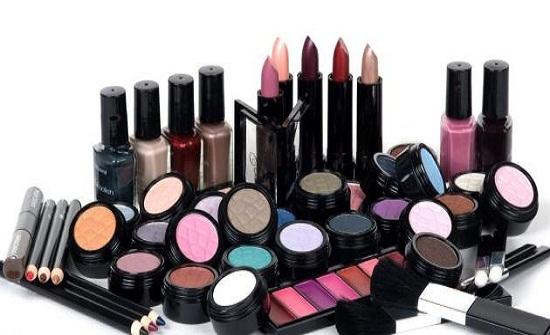 كيف تؤثر منتجات التجميل على مزاجك؟