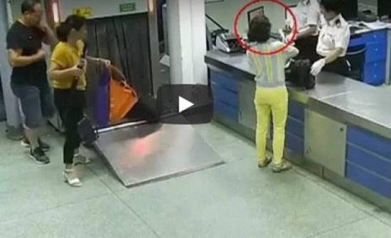 بالفيديو.. امرأة تحاول تهريب 124 قطعة الماس في حمالة صدرها