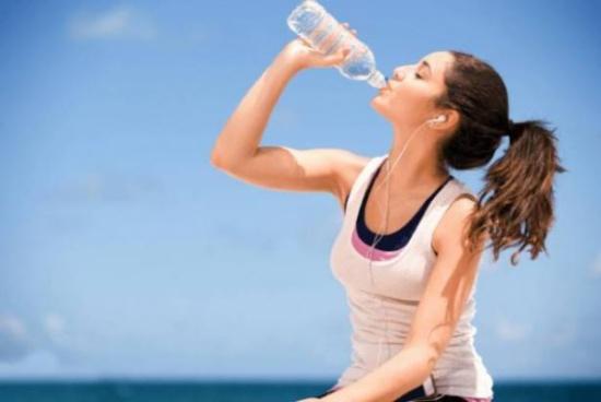 """""""المياه القلوية"""" تحافظُ على الشباب وتخفض الوزن.. ماذا تعرفون عنها؟"""