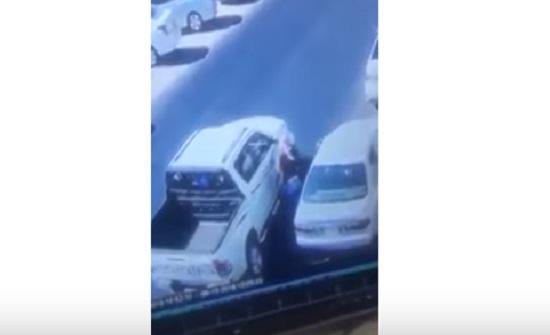 بالفيديو : دورية شرطة تمنع محاولة سرقة سيارة في عمان