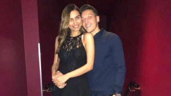 أيام قليلة بعد إعلان تاريخ زفافهما.. خطيبة مسعود أوزيل تغضب منه بسبب صورة له مع ريهانا