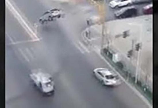 بالفيديو: سيارات ترتفع في الهواء دون سبب !