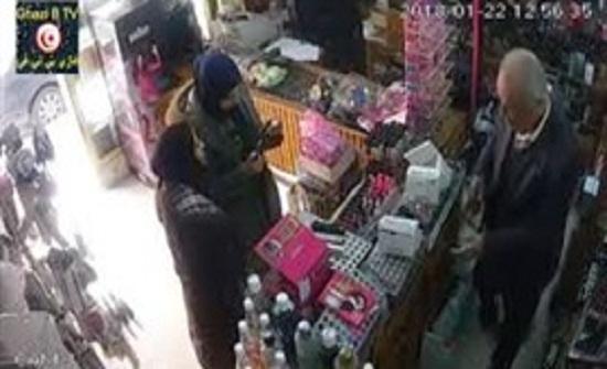 لحظة سرقة عطور من محل لمستحضرات التجميل (فيديو)