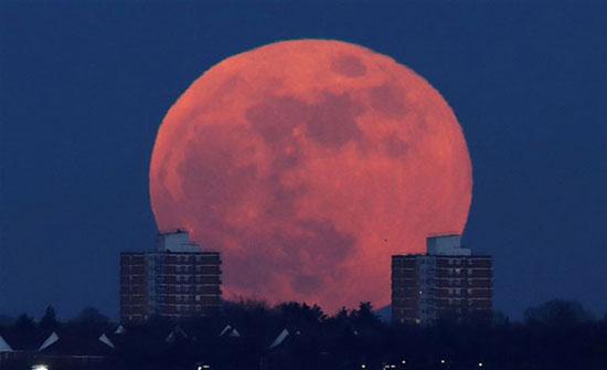 لقطات مذهلة لظاهرة القمر الأزرق الدموي (صور)