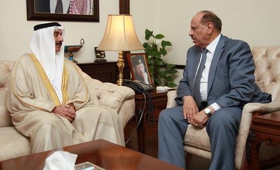 وزير الداخلية يلتقي السفير البحريني في عمان