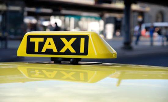 سائق تاكسي يعيد مصاغا ذهبيا ومبلغا ماليا لصاحبته