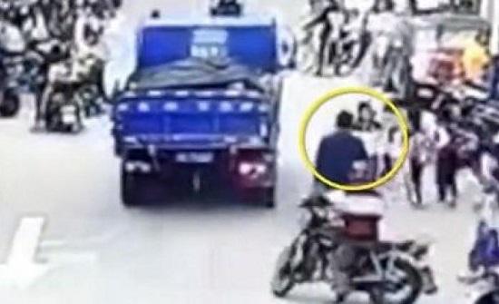 بالفيديو : لحظة إنقاذ صبي دفعه زميله أسفل عجلات شاحنة