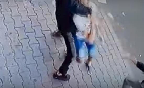 لقطات مروعة للحظة خنق لصين شاب لسرقة هاتفه المحمول (فيديو)