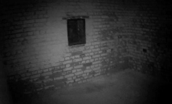 بالفيديو : مدرب «جيم» يرصد لقطات مرعبة لشبح خارج نافذة