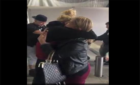 بالفيديو: رد فعل فتاة لحظة رؤية والدتها بعد عدة سنوات فراق
