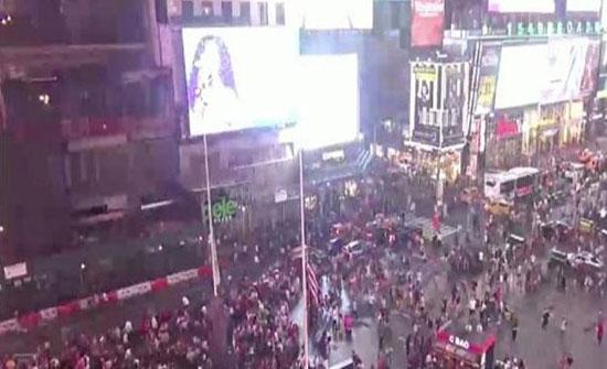 """شاهد: فيديو يرصد لحظة هلع وفرار جماعي وسط ميدان تايمز سكوير بـ """"نيويورك"""".. والسبب """"مضحك""""!"""