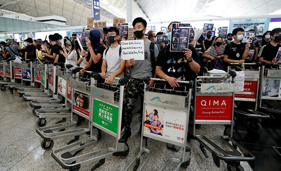 بالفيديو : المحتجون يواصلون عرقلة الملاحة الجوية في مطار هونغ كونغ