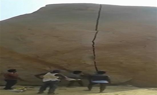 بالفيديو والصور : رجال يقسمون صخرة 12 مترا إلى نصفين بأدوات بسيطة