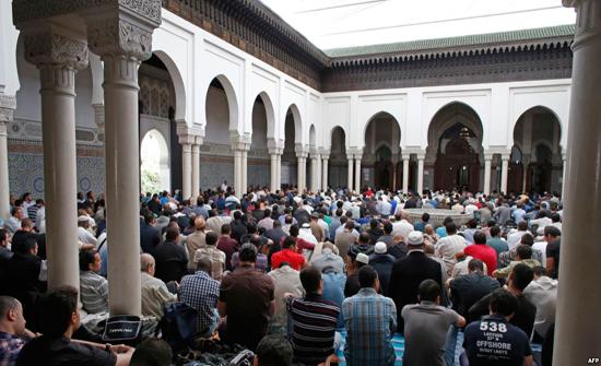 تخصيص مظلات للمصلين في محيط مسجد عجلون الكبير