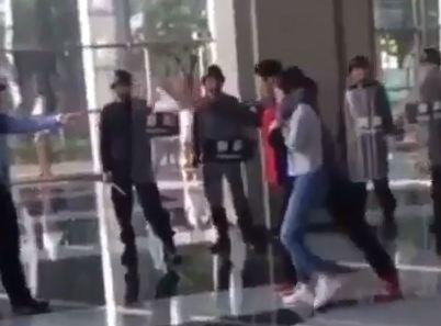 لحظة إنقاذ فتاة من شاب حاول قتلها (فيديو)