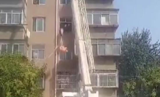 بالفيديو : قوات طوارئ تستخدم رافعة لنقل مريض شديد البدانة من منزله