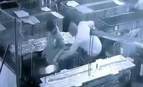 بالفيديو: مدير هندي أراد ممازحة عامل فقتله