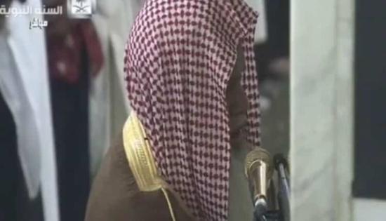 بالفيديو: الحذيفي يبكي أثناء صلاة الفجر من المحراب النبوي