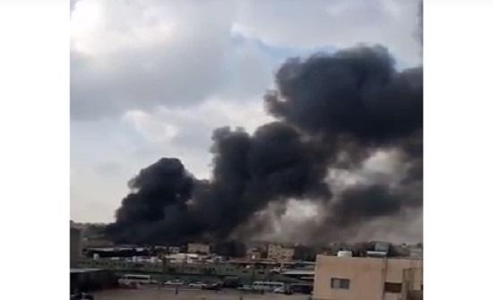 """بالفيديو : شاهد حريق في مستودع """" بولسترين """" بإربد"""