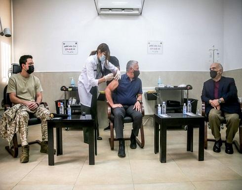 الملك وولي العهد والامير حسن يتلقون لقاح كورونا - شاهد بالصور