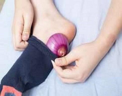 «البصل داخل الجوارب».. فوائد مذهلة في الأوقات المناسبة