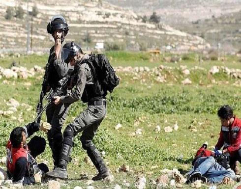 جنود إسرائيليون يعتدون على مسعف ويرفعون السلاح في وجهه (فيديو)
