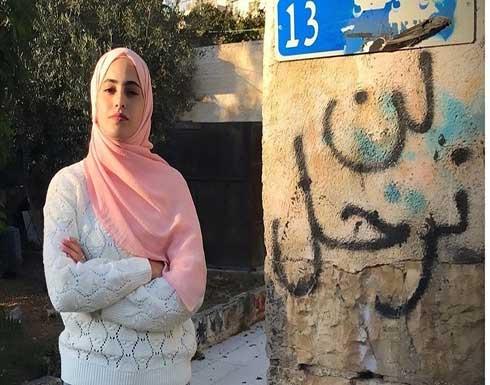 شاهد : الاحتلال يعتدي على ناشطة بالشيخ جراح ويعتقل شقيقها