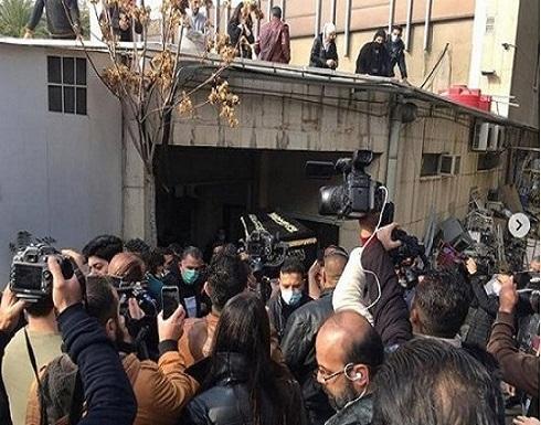 فيديوهات : جنازة مهيبة لتشييع المخرج حاتم علي وانهيار زوجته