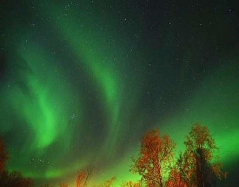 """""""الرقص في ضوء القمر"""" .. لقطة نادرة للشفق القطبي الشمالي"""