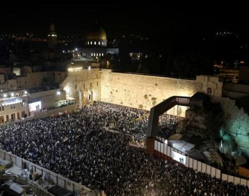 آلاف المستوطنين يقتحمون حائط البراق