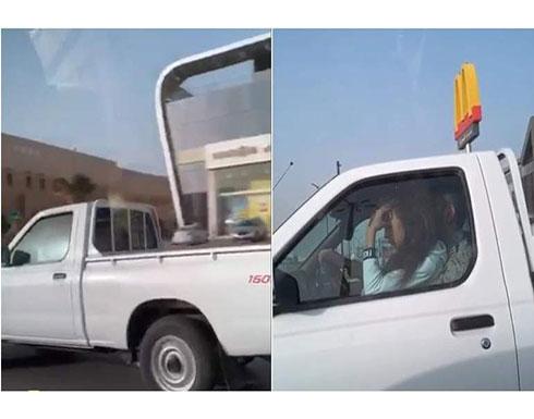 بالفيديو : فتاة تجلس في حضن سعودي داخل سيارة في الشارع العام