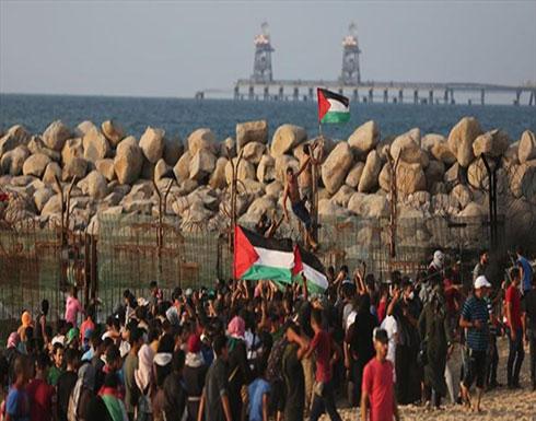 """وسط نيران إسرائيلية.. فلسطينيون يواصلون مسيرات """"العودة"""" بحرا وبرا"""