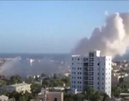 شاهد : انفجار ضخم ودوي إطلاق نار في العاصمة الصومالية مقديشو